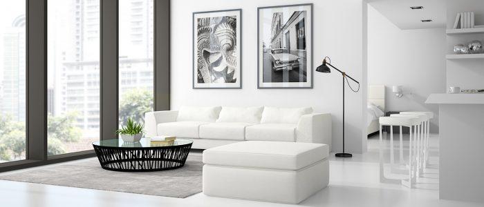 alt=salon moderne blanc avec cadres sur les murs
